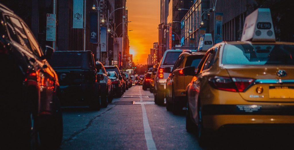 Automóviles en un semáforo rojo.