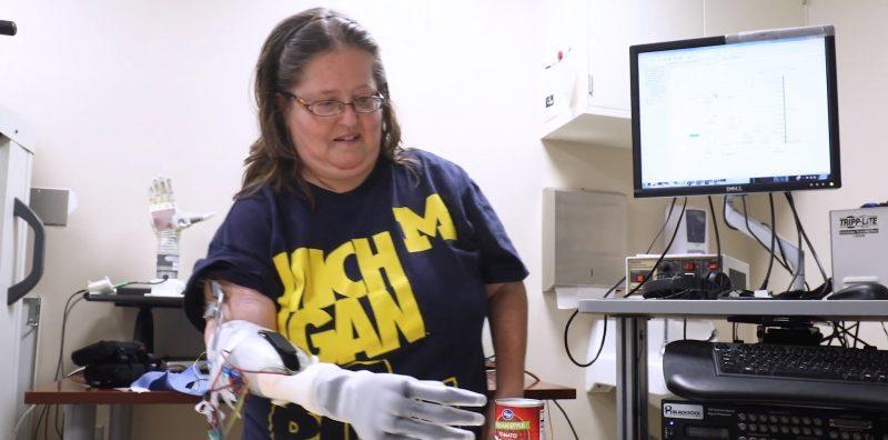 Prueba de cotidianeidad usando una mano prostética