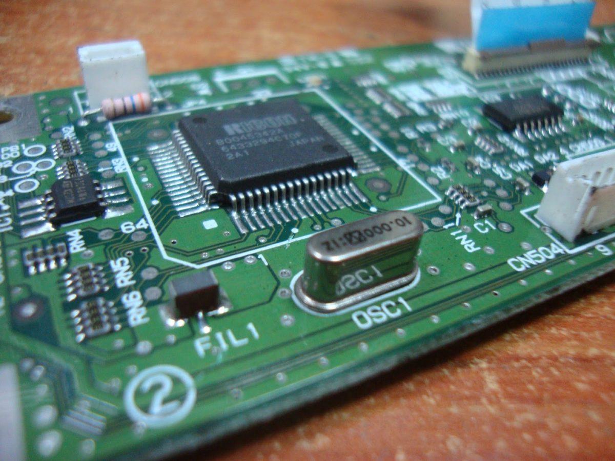 Cristal de cuarzo colocado en una PCB